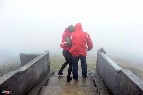 Gió mạnh (60 km/h) nên nhiều người phải dìu nhau để khỏi ngã.