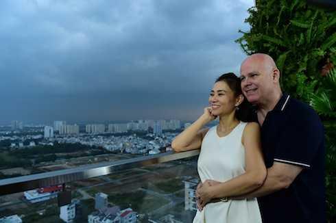 Thu Minh và chồng Tây hạnh phúc viên mãn sau khi có con trai đầu lòng.