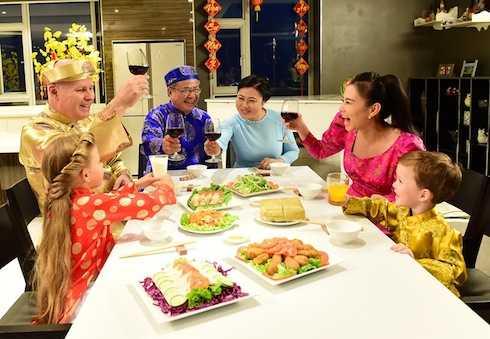 Thu Minh và chồng Tây tỷ phú hạnh phúc trong hình ảnh mang không khí Tết.