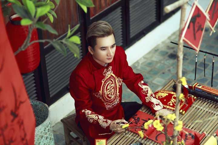 """Bất ngờ trở thành cái tên """"làm mưa, làm gió"""" làng nhạc vào những tháng cuối của năm 2015, Phan Mạnh Quỳnh đã không làm khán giả thất vọng khi anh liên tục gặt hái nhiều giải thưởng và ra mắt những sản phẩm chất lượng."""