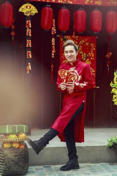 """Để đánh dấu sự phát triển, cột mốc đáng chú ý của năm cũ và đón chào những tin tốt đẹp của năm mới, Phan Mạnh Quỳnh đã nhanh chóng thực hiện bộ ảnh """"Xuân"""" với trang phục áo dài truyền thống màu sắc rực rỡ, tươi trẻ bên phong bao lì xì, câu đối…"""