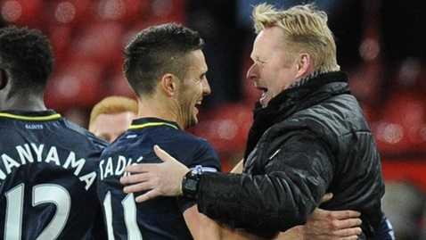 Koeman ăn mừng bàn thắng cùng cậu học trò Tadic trước MU mùa năm ngoái