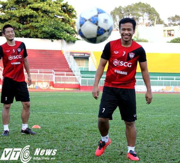 Datsakorn Thonglao cười đùa cùng các đồng đội trong buổi tập làm quen sân Thống Nhất