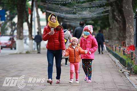 Đêm 23, sáng 24/1, Hà Nội và nhiều tỉnh miền Bắc nếm trải cái rét kỷ lục trong suốt hơn 30 năm. Nhiệt độ ban đêm giảm xuống dưới 10 độ C.