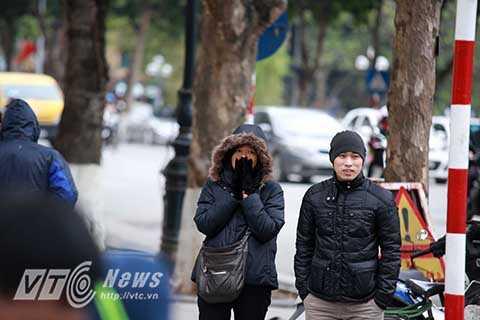 Người dân xuýt xoa khi ra đường vì thời tiết quá lạnh và tìm mọi cách để giữ ấm cho cơ thể.