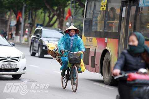 Nhiệt độ ngoài trời thấp kèm với mưa phùn khiến cho việc di chuyển của người dân gặp rất nhiều khó khăn. Nhất là những người lao động nghèo bán buôn ngoài đường.