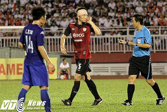Sự kịch tính, máu lửa giữa hai đội khiến trung vệ người Nhật Bản - Naoaki Aoyama bị 'mẻ trán' sau một pha không chiến