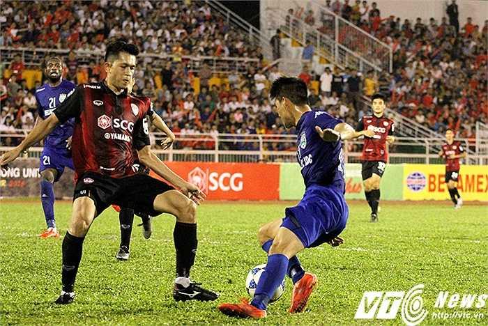 Lê Công Vinh luôn bị kèm rất chặt bởi ít nhất cầu thủ Muangthong, dễ hiểu khi anh thi đấu khá mờ nhạt ở trận này