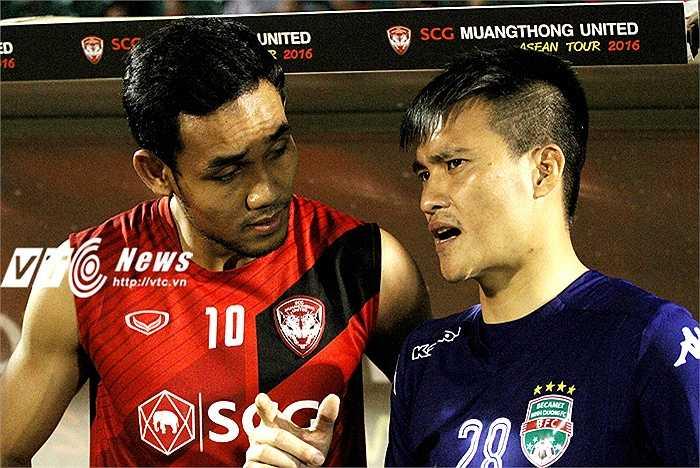 Sau trận đấu, Công Vinh nói chuyện với Teerasil Dangda - chân sút số một Đông Nam Á hiện tại. Công Vinh cũng cho biết: 'Cầu thủ Thái Lan và Việt Nam cũng có nhiều duyên nợ như bóng đá hai nước'