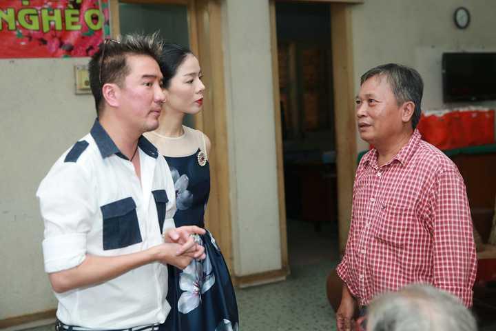 Vừa qua, Đàm Vĩnh Hưng và Lệ Quyên đã có chuyến đi thăm và tặng quà cho các nghệ sỹ nghèo, đây là hoạt động nằm trong khuôn khổ đêm nhạc Tình nghệ sỹ lần 6 vừa được diễn ra cách đây không lâu.