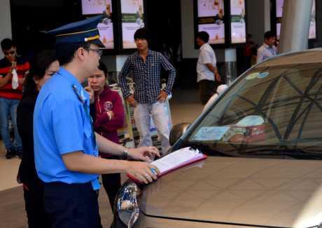 Thanh tra Giao thông lập biên bản một chủ ôtô dừng, đậu sai quy định tại sân bay Tân Sơn Nhất trong sáng 25/1. Ảnh: Lê Quân