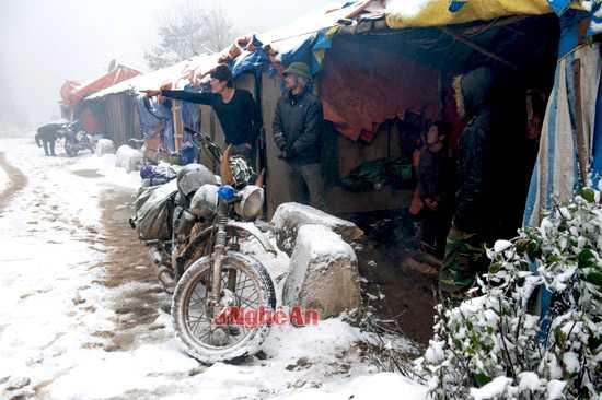Những công nhân làm tuyến đường tuần tra biên giới khu vực xã Na Ngoi (Kỳ Sơn) buộc phải nghỉ vì không thể thi công trong điều kiện tuyết rơi.