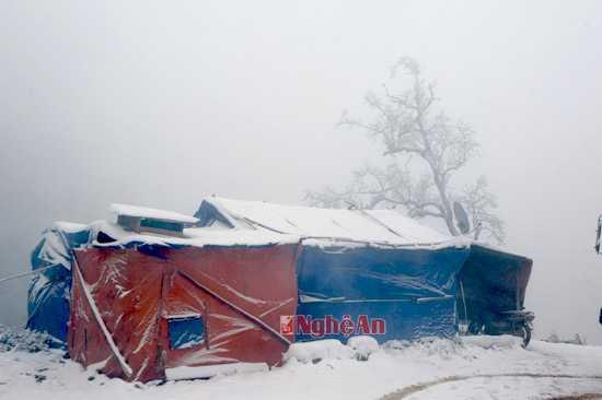 Những lán trại của công nhân trên đường tuần tra biên giới bị bao phủ bởi băng tuyết.