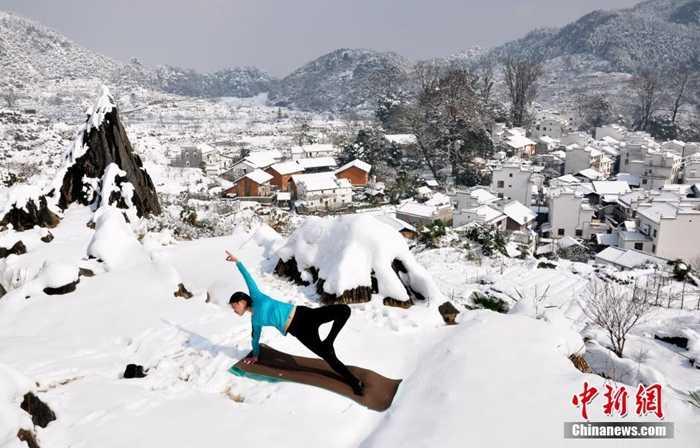 Cả thị trấn chìm trong băng tuyết
