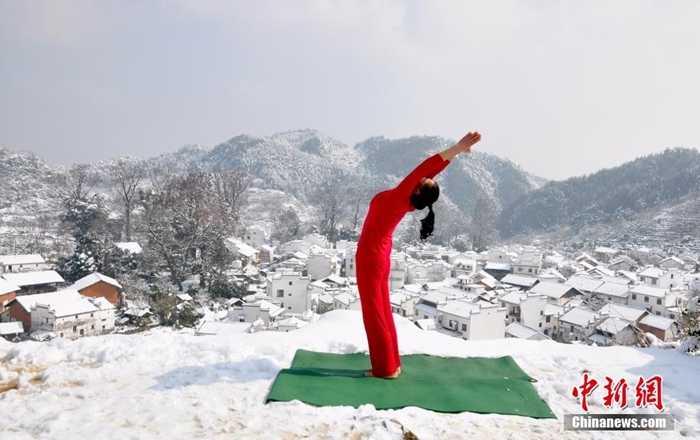 Những cô gái vẫn tập trung vào các bài yoga của mình