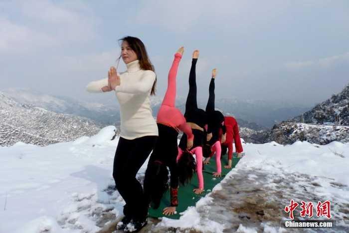 Nhóm các thiếu nữ tập yoga trong trời tuyết