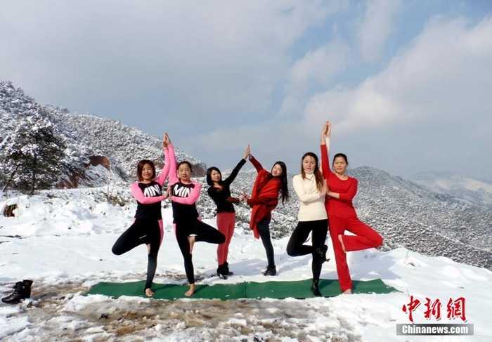 Các cô gái tập yoga trong tuyết