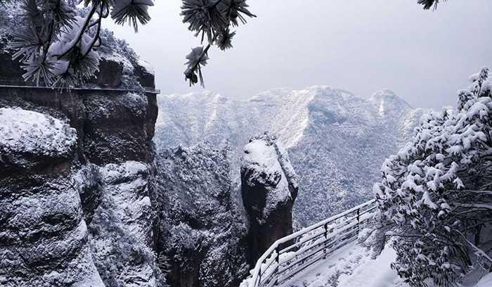 Tuyết phủ khắp các đỉnh núi