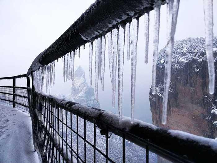 Băng tuyết đóng trên thành cầu