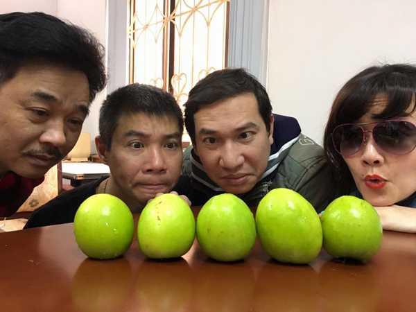 'Ngọc Hoàng' Quốc Khánh cùng Công Lý, Quang Thắng và Vân Dung khiến không ít khán giả bật cười khi chụp ảnh nhìn chăm chăm vào những trái táo.