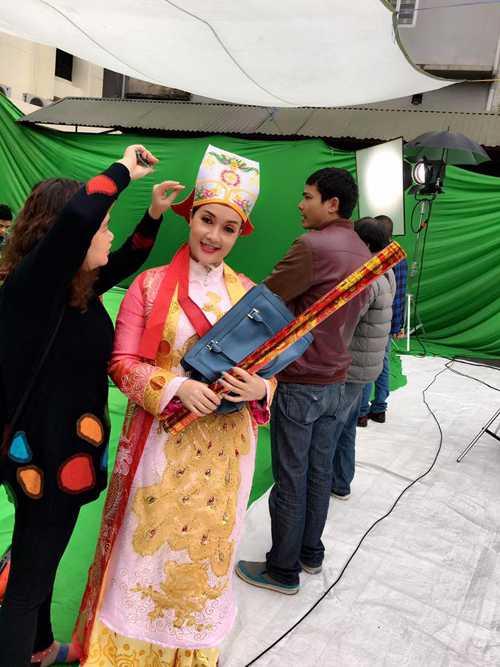 Vân Dung điệu đà tạo dáng trong lúc được nhân viên sửa soạn trước cảnh quay.