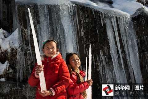 Trẻ em tỏ ra thích thú với hiện tượng thiên nhiên kỳ thú