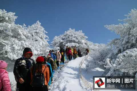 Chỉ trong 2 ngày, khe núi đóng băng trên dãy Hoàng Sơn đã thu hút hơn 2,000 lượt khách tham quan