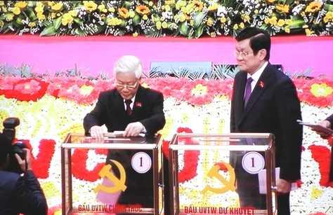 Tổng Bí thư Nguyễn Phú Trọng bỏ lá phiếu đầu tiên. (Ảnh: Quang Tùng)