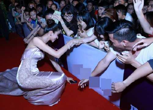 Bức hình Hoa hậu Hoàn vũ Phạm Hương cúi nhặt điện thoại giúp người hâm mộ trong một sự kiện mới đây đã nhận được rất nhiều lời khen ngợi từ công chúng và gây sốt trên cộng đồng mạng