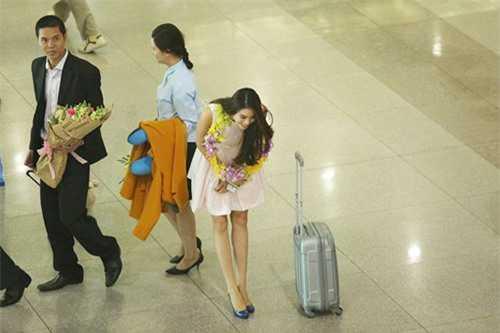 Khoảnh khắc chân dài đất Cảng cúi gập người chào phóng viên và người hâm mộ tại sân bay khi trở về từ cuộc thi Hoa hậu Hoàn vũ Thế giới cũng để lại nhiều ấn tượng tốt đẹp trong lòng độc giả