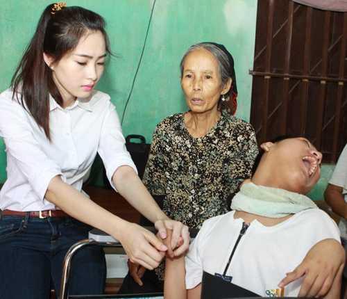 Khoảnh khắc Hoa hậu Việt Nam 2006 giản dị, thân mật ngồi bệt xuống bậc thang khán đài chuyện trò cùng các em nhỏ trong một chuyến đi từ thiện