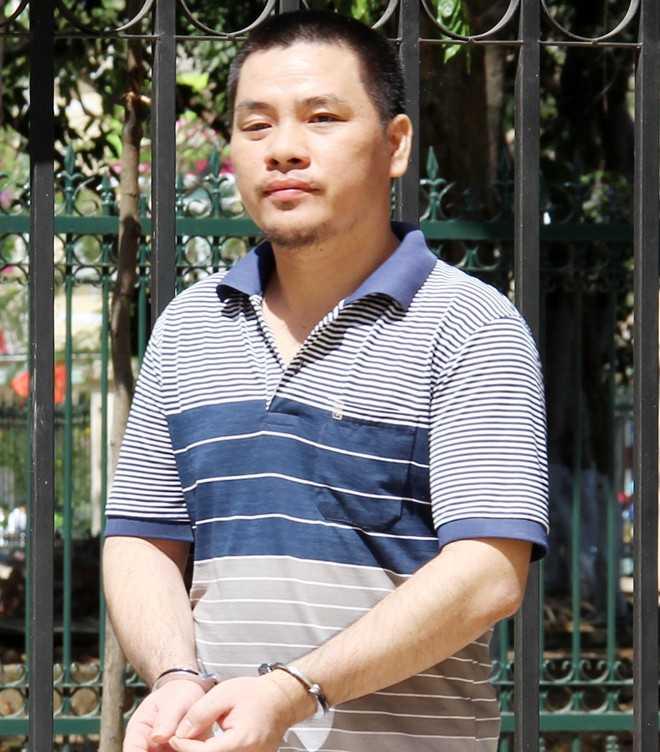 Dường Cá Vấy ra xe về trại giam sau khi nghe tuyên án. Ảnh: Việt Tường.