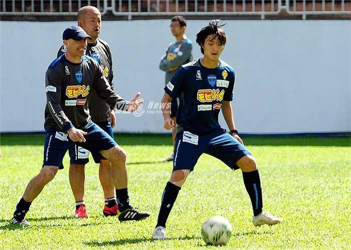 Nói về Yokohama, Tuấn Anh cho biết, đội bóng có lối chơi khá nhanh nên anh phải tập xử lý bóng nhanh hơn nữa và quan sát kỹ trước khi nhận bóng. (Ảnh: Hùng Linh)