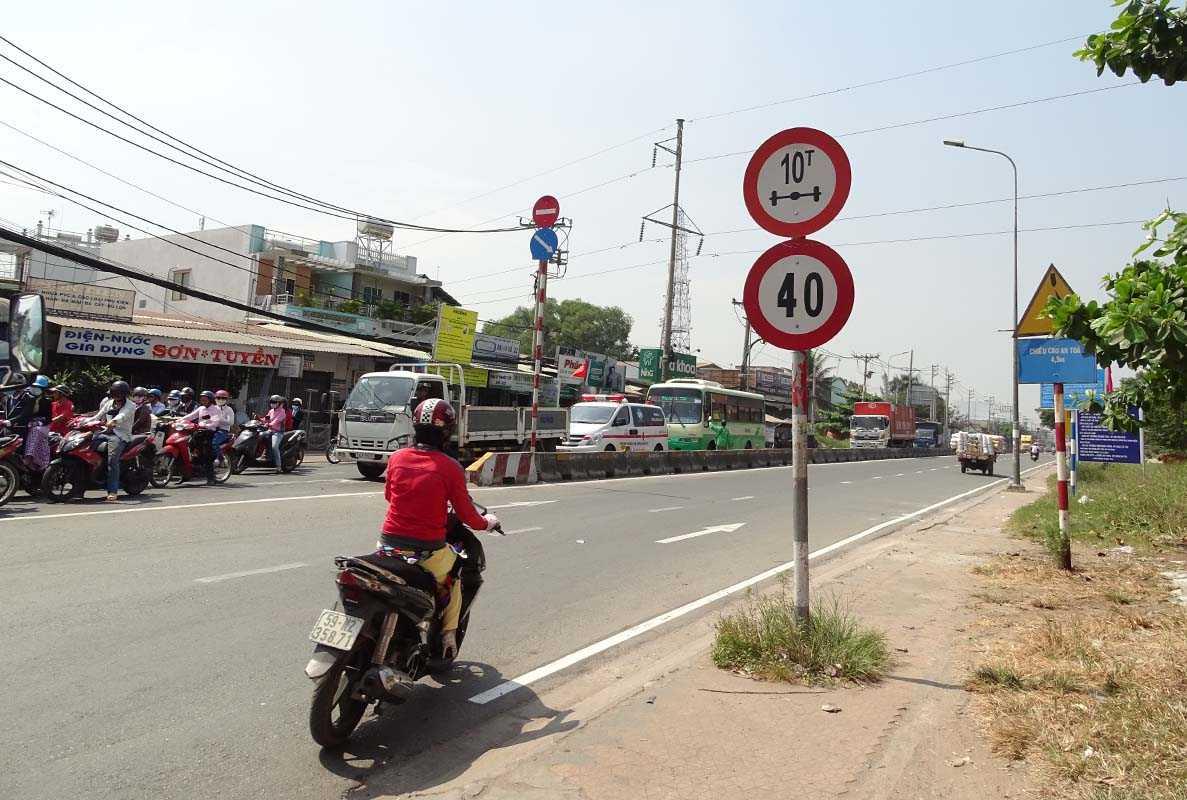 Trên đường Nguyễn Hữu Trí (huyện Bình Chánh) vẫn còn biển báo 40km/h