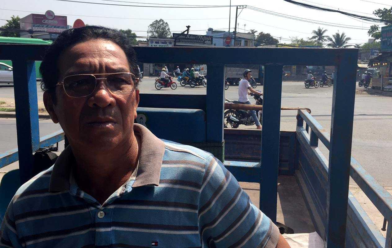 Tài xế Nguyễn Văn Chính (52 tuổi) cho biết, khu vực cầu Bình Điền (huyện Bình Chánh) cho phép chạy tốc độ 50 km/h là phù hợp. Đoạn đường này từ lâu, di chuyển chậm do biển hạn chế tốc độ...