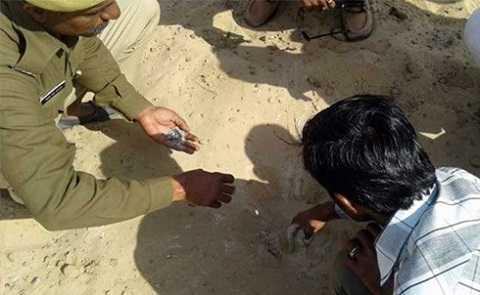 Cảnh sát tại hiện trường nơi chiến đấu cơ thả bom. Ảnh: NDTV