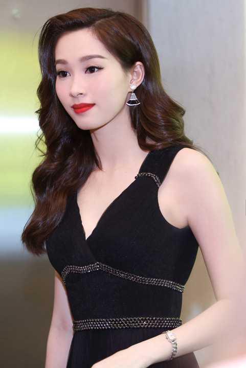 Vừa qua, Hoa hậu Đặng Thu Thảo cùng nhiều người đẹp của showbiz Việt đã tham gia một gala trao giải lớn tại Tp HCM.