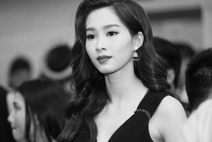 Trong sự kiện lần này, Hoa hậu Việt Nam 2012 lựa chọn chiếc đầm dáng dài đính kết đơn giản nhưng tinh tế.