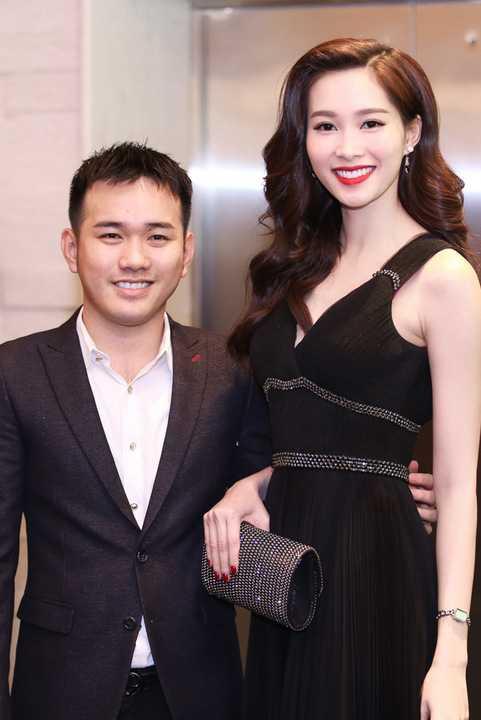 Đặng Thu Thảo đồng hành với Lê Thanh Hòa. Cặp đôi ton sur ton với sắc đen khi xuất hiện trước đông đảo khách mời và báo giới.