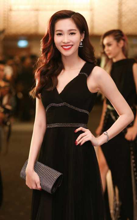 Trong suốt buổi lễ, cô chăm chú theo dõi những nội dung được thể hiện và ngoài là khách mời, Hoa hậu Việt Nam 2012 còn đảm nhận vai trò là đại diện trao giải cho một hạng mục giải thưởng trong chương trình.