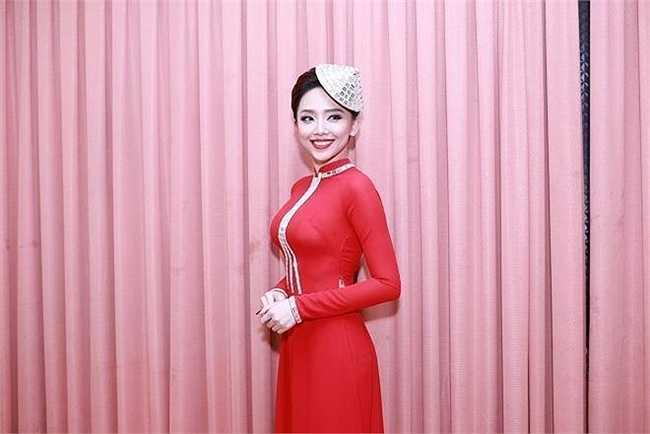 Khoác lên mình bộ áo dài truyền thống, Tóc Tiên vẫn khoe những đường cong gợi cảm hút mắt.
