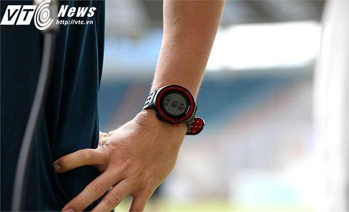Đồng hồ đo nhịp tim Tuấn Anh đeo. Chiều nay, nhiều khả năng Tuấn Anh sẽ chỉ có ít phút ra sân trong trận Yokohama - SHB.Đà Nẵng