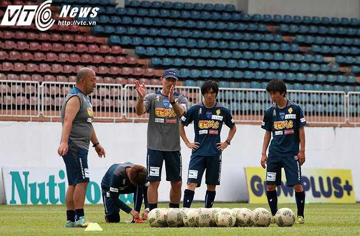 Sau màn tra tấn sức bền, BHL Yokohama cho các cầu thủ tập luyện tình huống tấn công nhanh, trực diện vào trung lộ