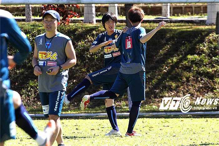 Các đồng đội mới tại Yokohama cũng vui vẻ giúp đỡ tân binh người Việt Nam trong việc hòa nhập với tập thể