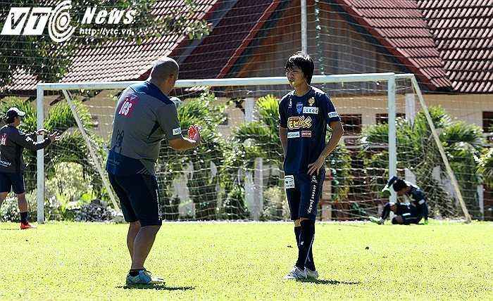 BHL đội Yokohama cũng có nhiều sự chỉ dẫn tận tình cho Tuấn Anh