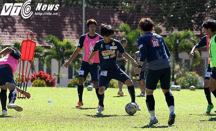 Buổi tập sáng nay của Yokohama FC gồm nhiều các tình huống phối hợp bóng ngắn