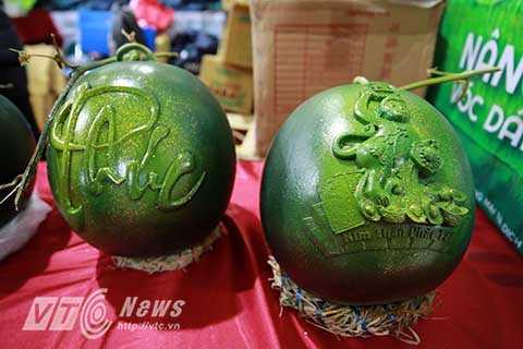 Theo một chủ hàng bán hoa quả trên đường Hoàng Quốc Việt, loại dưa in hình khỉ này không có gì khác biệt so với dưa hấu bình thường, sau khi thắp hương người dùng có thể bổ ra ăn như bình thường.