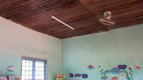 Mái trần của lớp học bị hư hỏng nặng.Ảnh:Thanh Hải