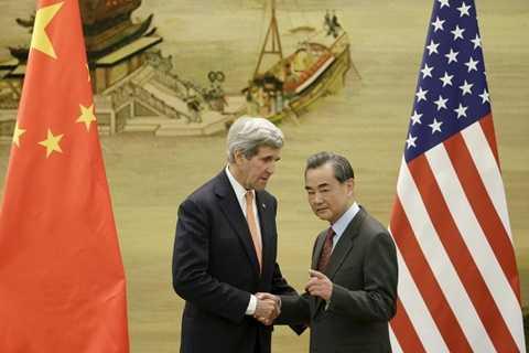 Ngoại trưởng Mỹ John Kerry (trái) gặp người đồng cấp Trung Quốc Vương Nghị tại Bắc Kinh. Ông Kerry muốn tìm giải pháp giảm nhiệt tại Biển Đông - Ảnh: Reuters