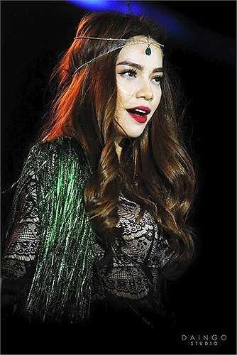 Gần đây, người đẹp đang dần thay đổi hình ảnh theo phong cách bohemian, với phụ kiện trên tóc cùng thiết kế đính tua rua.